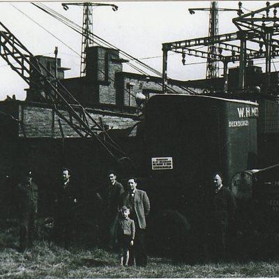 Met de uitvoerder, machinist en vader en zoon Methorst bij de Hoogspanningslijn